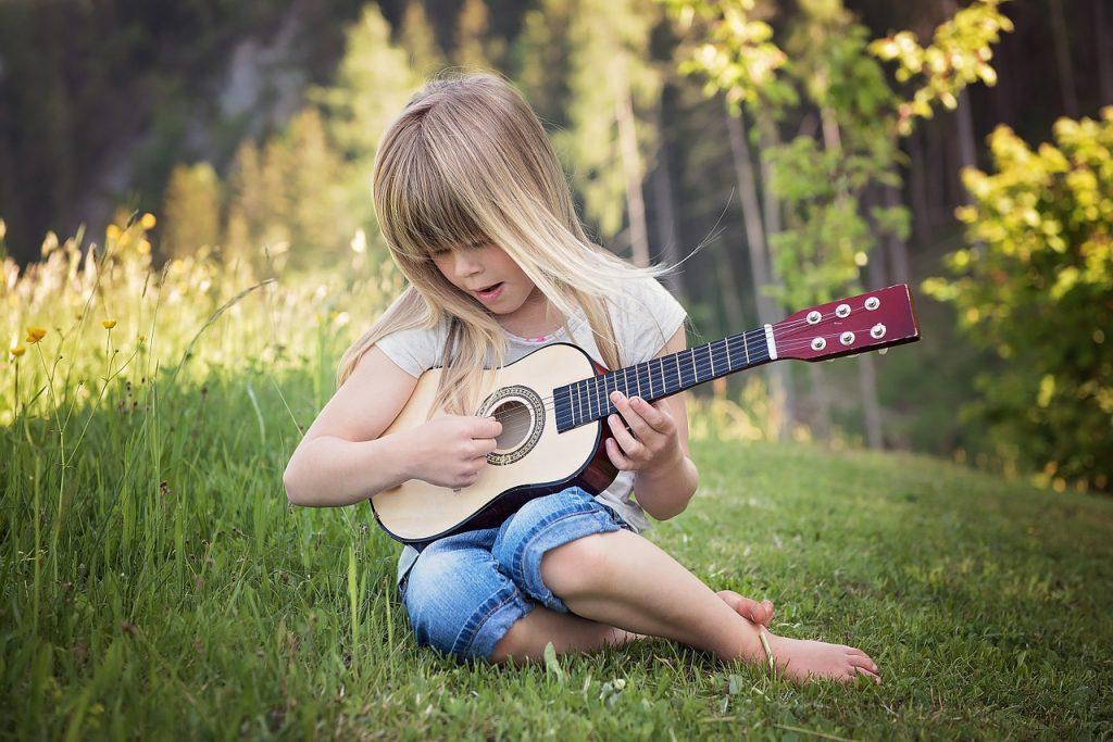 Dziewczynka grająca na gitarze