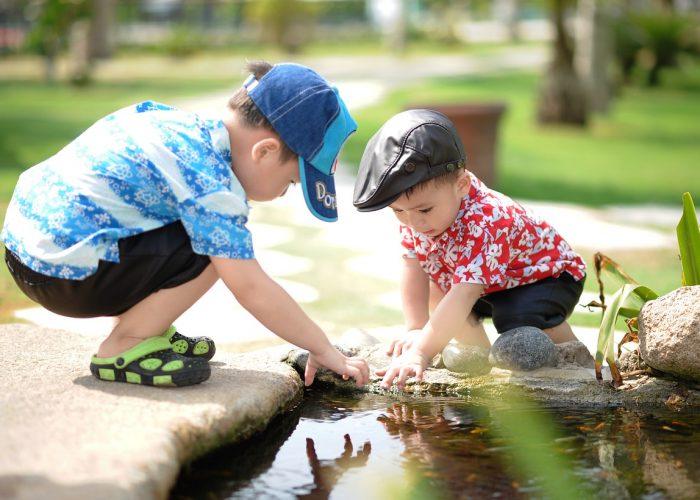 Dwóch chłopców bawi się w strumieniu